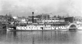 Sternwheel steamer docked at The Dalles, Oregon, 1907