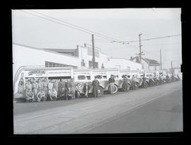 Employees outside Portland Bottling Company, North Williams Avenue, Portland