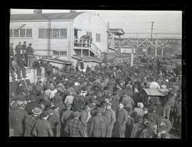 L. R. Hussa? addressing crowd of workers at Albina Engine & Machine Works, Portland