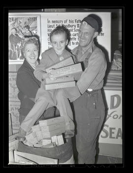 Sid Woodbury IV and two unidentified workers during cigarette drive at Albina Engine & Machin...