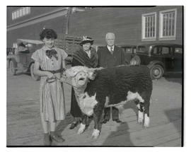 Jean Ann Richards posing with champion steer, Oregon first lady Louise H. Martin, and Governor Ch...