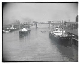 Ships on Willamette River near Broadway Bridge